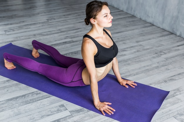 Woman performing a core strengthening exercise Free Photo