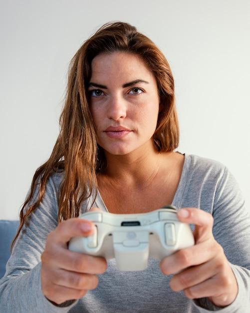 Donna che gioca sul joystick Foto Gratuite