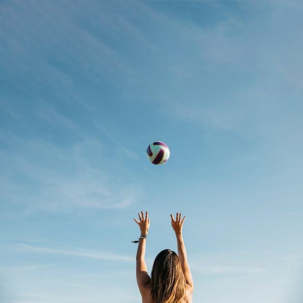 Женщина играет в волейбол на пляже Бесплатные Фотографии