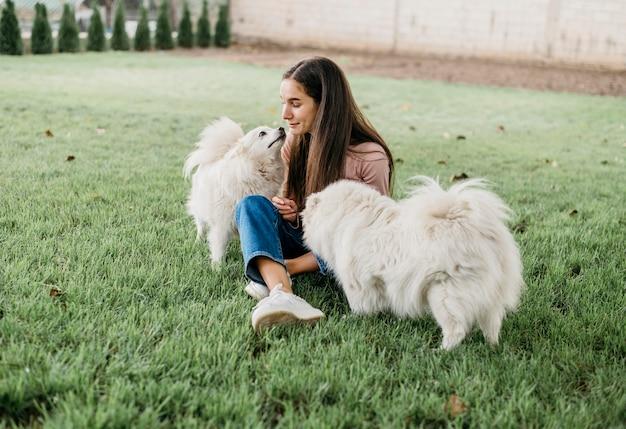 Donna che gioca con cani carini Foto Gratuite