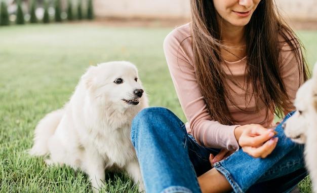 かわいい犬と遊ぶ女性 無料写真