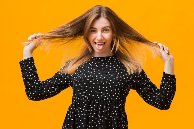 Женщина играет с волосами Бесплатные Фотографии
