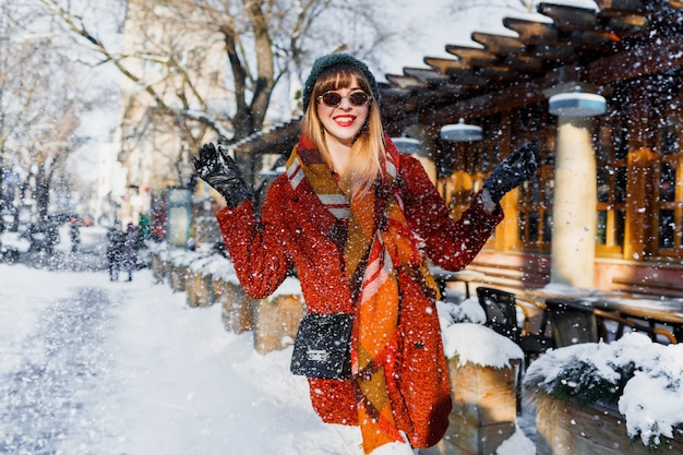 雪で遊んで、楽しんで、休日を楽しんでいる女性 無料写真