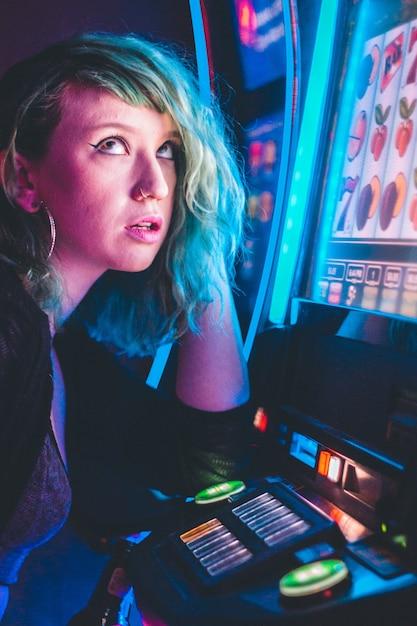 Женщина курсирует счастливый игровой автомат Бесплатные Фотографии