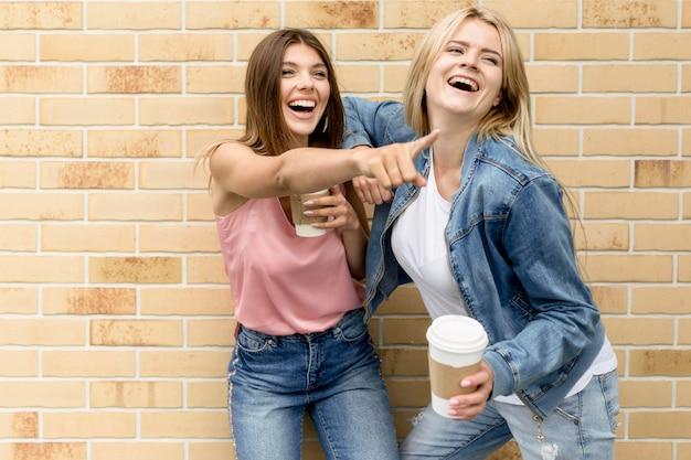 彼女の友人に何かを指している女性 無料写真