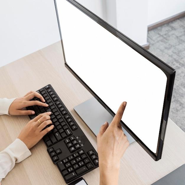 Женщина, указывающая на пустой экран рабочего стола Бесплатные Фотографии