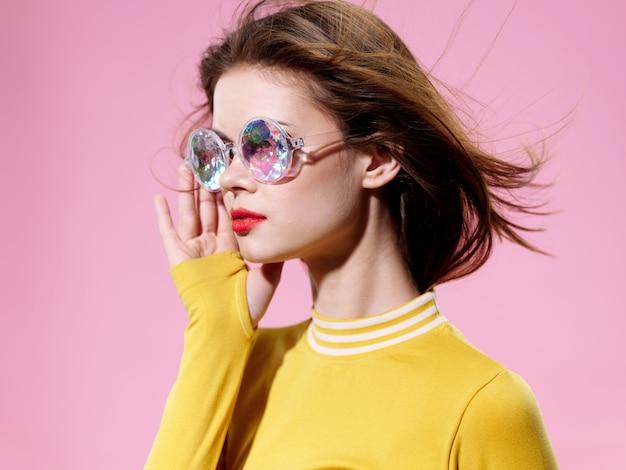 珍しい光沢のあるメガネ、驚きと幸福の感情の女性の肖像画 Premium写真