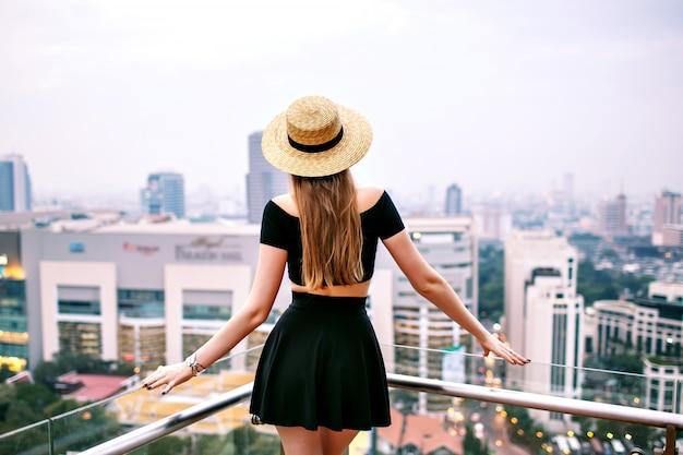 Женщина позирует на крыше роскошного отеля в бангкоке Бесплатные Фотографии