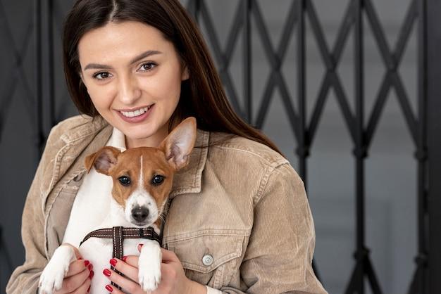Женщина позирует на улице со своей собакой Бесплатные Фотографии