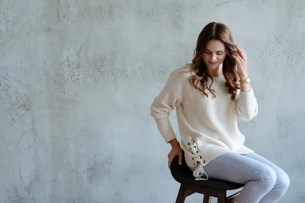 女性が椅子に座ってポーズ 無料写真