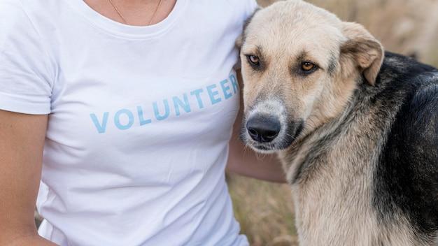 Donna in posa con cane carino ma triste all'aperto Foto Gratuite