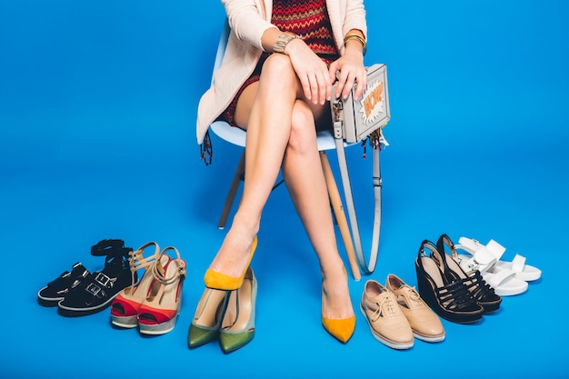 여자 세련된 신발 여름 패션과 가방, 긴 다리, 쇼핑 포즈 무료 사진