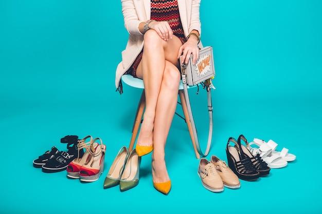 Donna in posa con calzature alla moda estate moda e borsa, gambe lunghe, shopping Foto Gratuite
