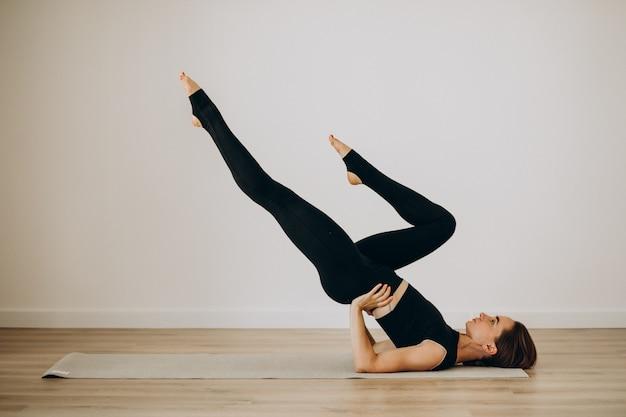 Женщина практикует пилатес в тренажерном зале йоги Бесплатные Фотографии