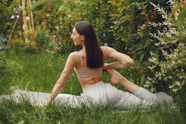 公園で高度なヨガの練習の女性 無料写真