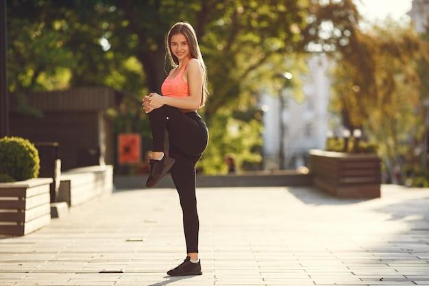 夏の街で高度なヨガの練習の女性 無料写真