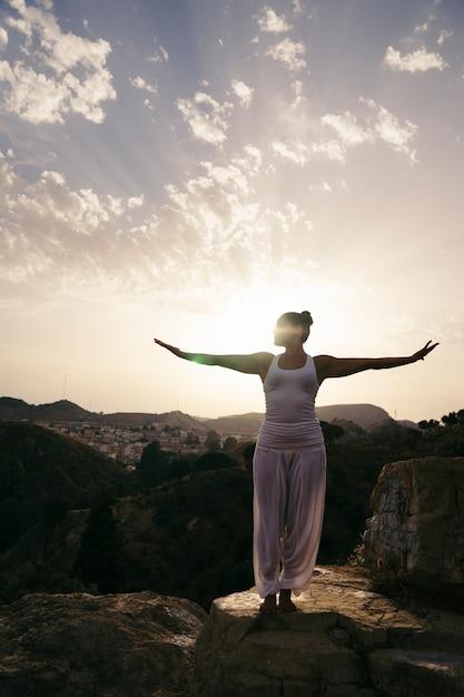 Donna che pratica yoga in campagna Foto Gratuite