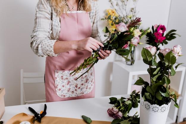Женщина готовит кучу в магазине Бесплатные Фотографии