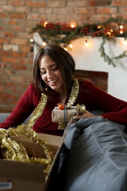 家でクリスマスの飾りを準備する女性 無料写真