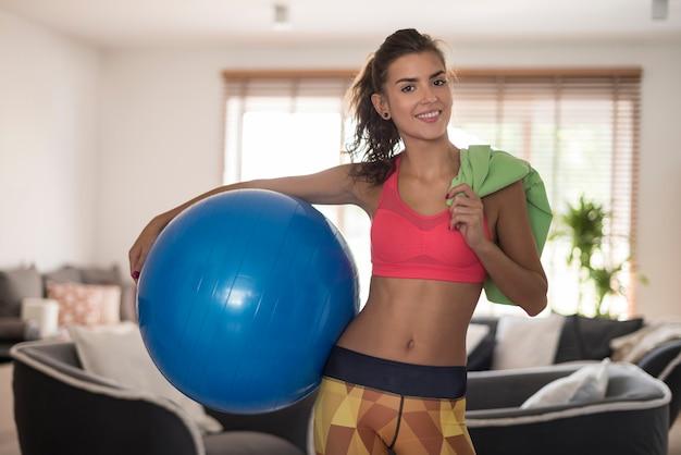 Donna che prepara per qualche esercizio a casa Foto Gratuite