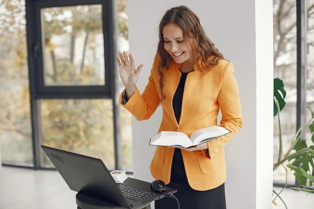 여성 전문 교사. 가정에서 일하는 교사. 온라인 레슨. 무료 사진