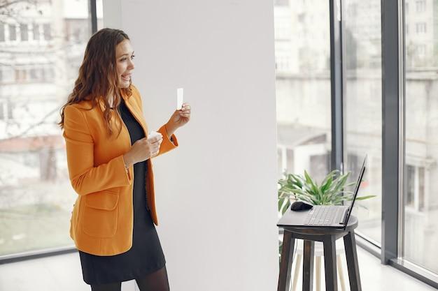 Insegnante professionista donna. tutor che lavora da casa. lezioni online. Foto Gratuite