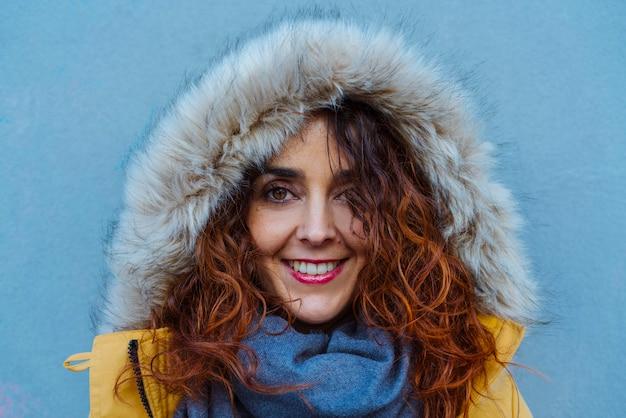 Женщина защищает себя с капюшоном от зимних дождей Premium Фотографии