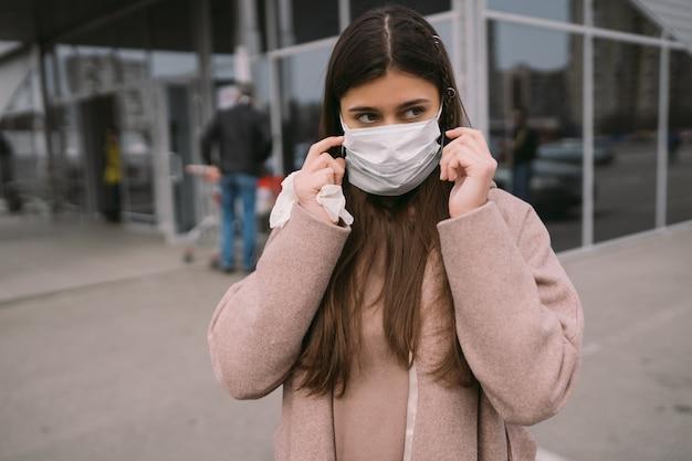 La donna indossa una maschera protettiva medica. Foto Gratuite