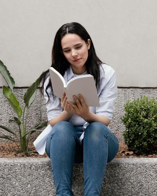 面白い本を読んでいる女性 無料写真