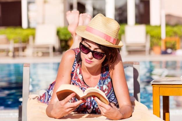 Donna che legge un libro mentre si trovava in una amaca Foto Gratuite