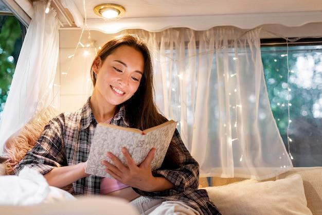 Donna che legge nel furgone Foto Gratuite
