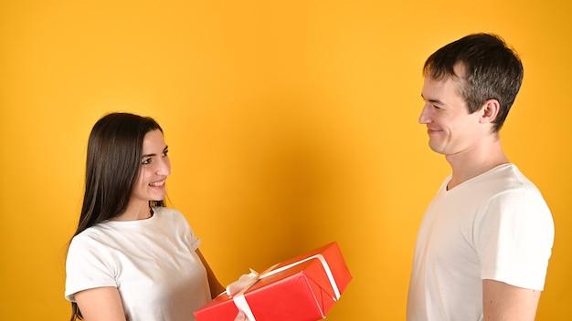 Женщина получает подарок от любовника. Premium Фотографии