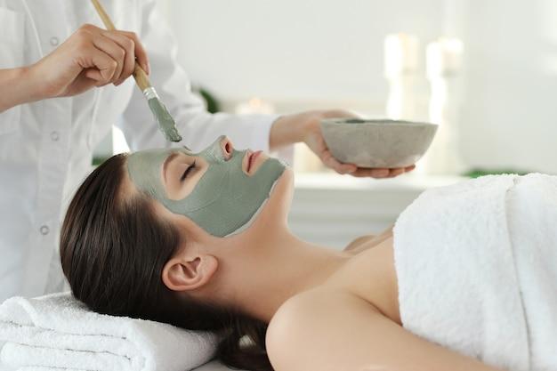 Donna che riceve un trattamento di bellezza per la cura della pelle Foto Gratuite