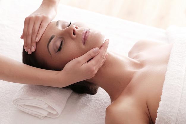 Donna che riceve un massaggio rilassante presso la spa Foto Gratuite