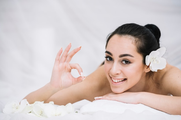Woman receiving a relaxing massage in a spa Free Photo