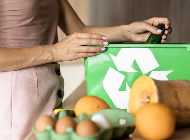 Женщина перерабатывает остатки овощей Бесплатные Фотографии