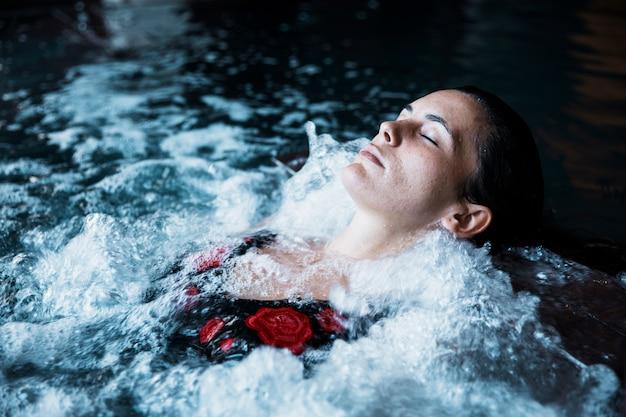 žena relaxující ve vířivce