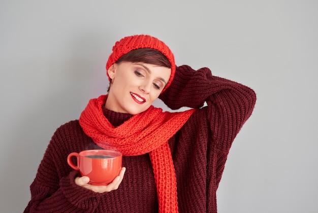 ホットチョコレートのカップでリラックスする女性 無料写真