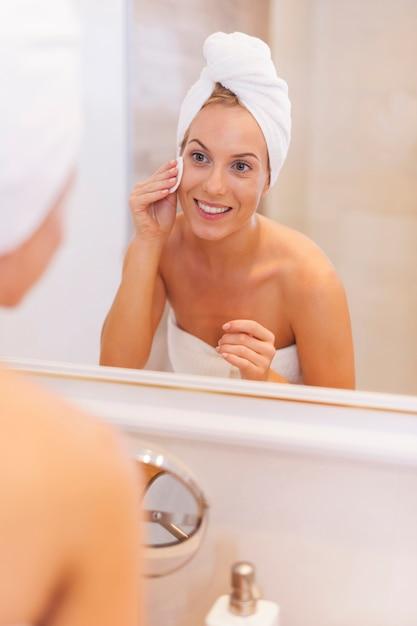 Женщина, снимающая макияж с лица Бесплатные Фотографии