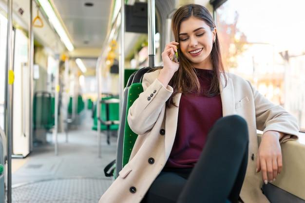 대 중 교통을 타고 여자 프리미엄 사진