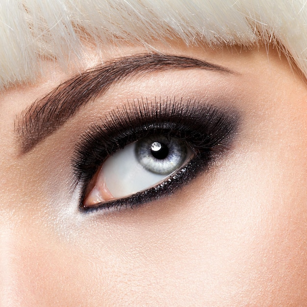 Occhio di donna con il trucco degli occhi neri. immagine in stile macro. ciglia lunghe Foto Gratuite