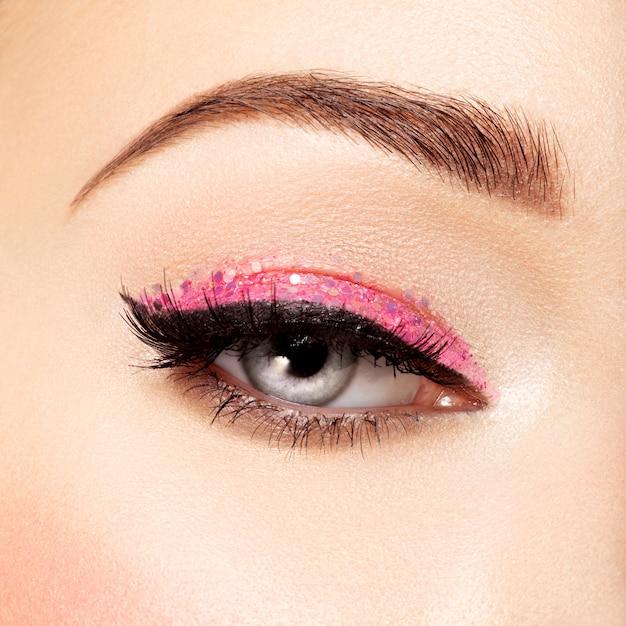 Occhio di donna con trucco occhi rosa. immagine in stile macro Foto Gratuite