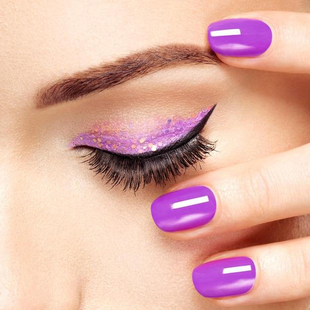 보라색 눈 화장과 여자의 눈. 매크로 스타일 이미지 무료 사진