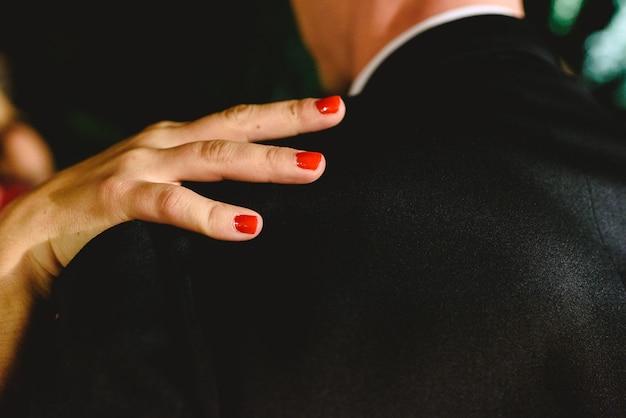 """Картинки по запросу """"фото мужчина держит женщину за руку с красными ногтями"""""""