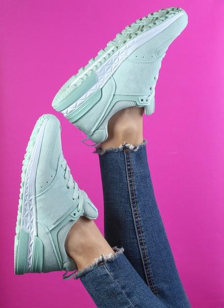 ジーンズと黒のスニーカーで女性の足 Premium写真