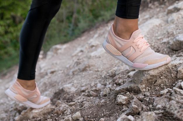 Вид женской обуви во время восхождения Premium Фотографии