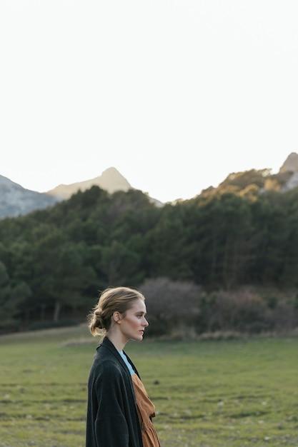 風景と女性の横顔 無料写真