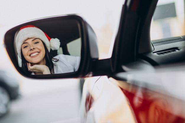 Donna in cappello della santa a natale in autosalone Foto Gratuite
