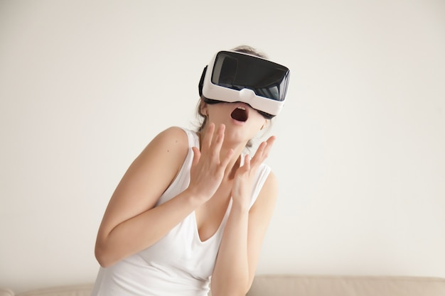 Woman scared with realistic virtual simulation Free Photo