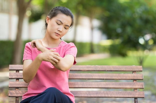 Woman scratching her skin Premium Photo